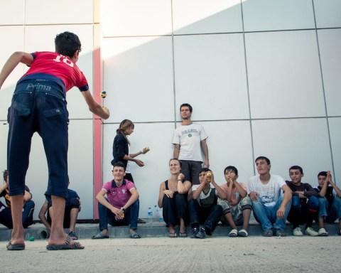 Punaiset nenät sirkuskoulussa pakolaisleirillä