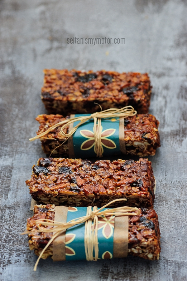 cranberry butterscotch flapjacks | www.seitanismymotor.com