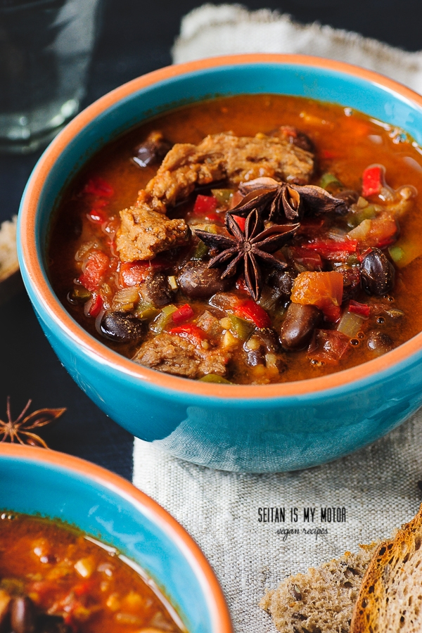 vegan chili with soy curls and fava beans | seitanismymotor.com