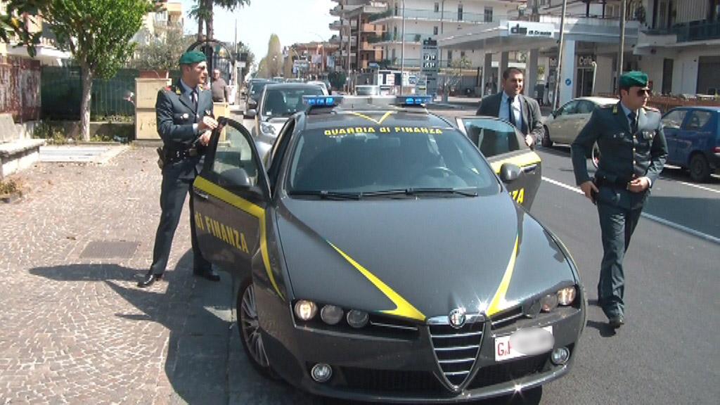 Guardia di Finanza in azione, sequestrata droga e capi contraffati