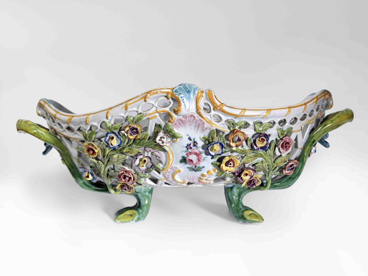 Le ceramiche di Nove scrigni di fiori e profumi, capolavori tra natura e finzione in mostra a Trieste fino al 16 ottobre
