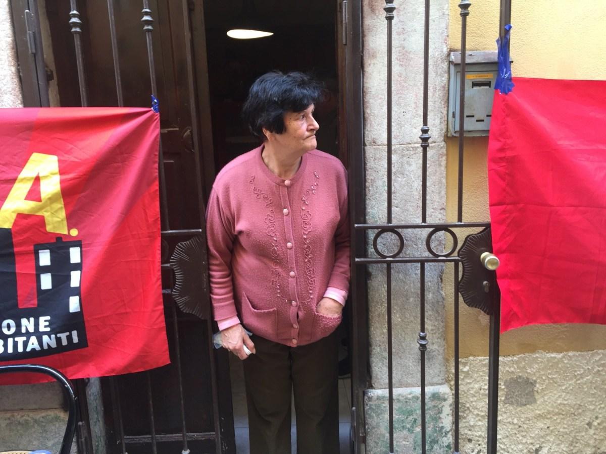 """Attivisti di Potere al Popolo e Asia a sostegno della signora Amalia, colpita da sfratto. """"Chiediamo una soluzione alternativa, come prevede la legge"""""""