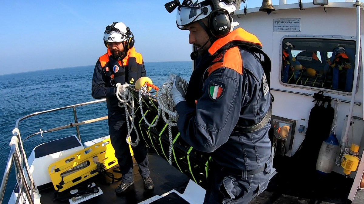 Gommone alla deriva, intervento-lampo della Guardia Costiera