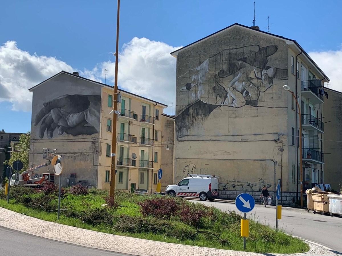 Due nuovi murales in città, le opere di Gomez e Ravo sulle facciate dei palazzi di via Sant'Antonio Abate