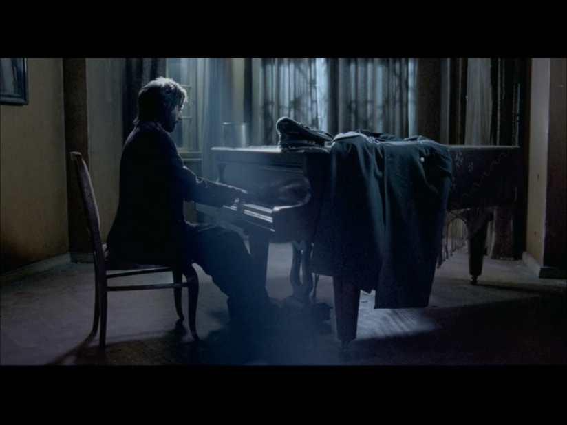ドイツ軍将校の前でピアノを弾く