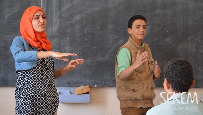 SchülerInnen der SEKEM Schule beim Pantomime-Spiel