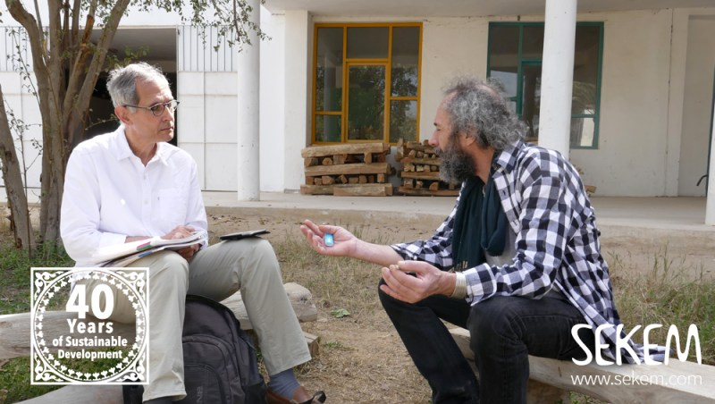 Francis (rechts) im Gespräch mit Fausi Marti.