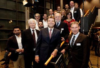 Dr. Klaus Lukas, Vorstandsvorsitzender Pro Nordhessen e. V. (2.v.l.), Georg von Meibom, EAM (3. v. l.), Prof. Dr. Rolf-Dieter Postlep, Präsident der Universität Kassel (4. v. l.) sowie Holger Schach, Regionalmanagement Nordhessen (5. v. l.) und die erfolgreichen Gründerinnen und Gründer und Start Ups. Foto: nh
