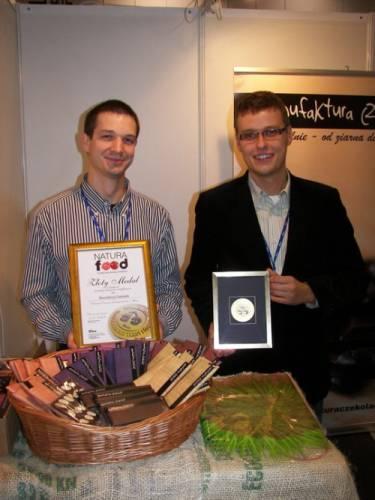 Tomasz Sienkiewicz i Krzysztof Stypułkowski z Manufaktury Czekolady ze złotym medalem Natura Food 2010