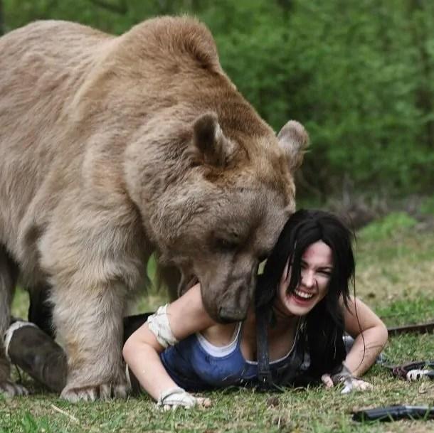 Lara Croft Cosplay - Com Urso de Verdade 03