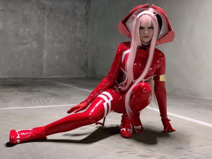 Sneaky com cosplay da Zero Two - Uniforme vermelho e cabelos rosa