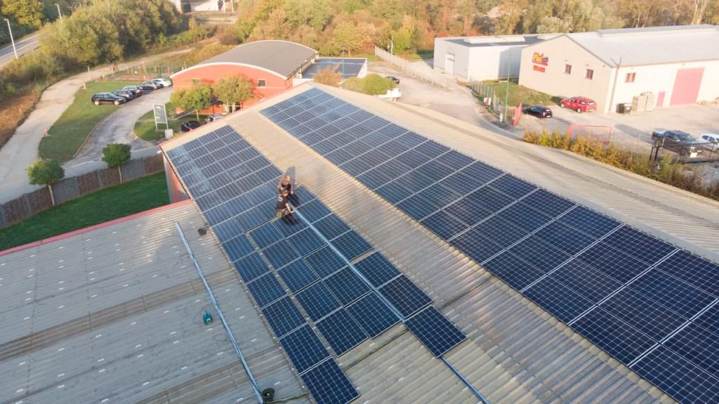 Vue aérienne sur l'installation de panneaux solaires à Liège