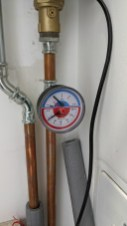 Optimální tlak vody 1 bar v systému tepelného čerpadla s podlahovým vytápěním