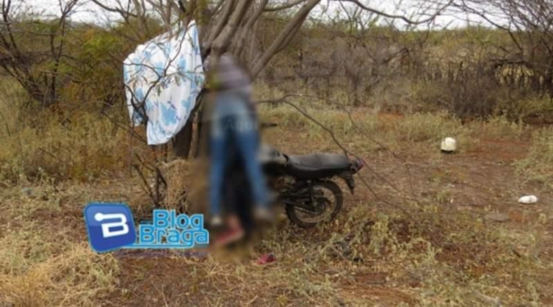Jovens morre ao colidir moto em árvore na BR 242