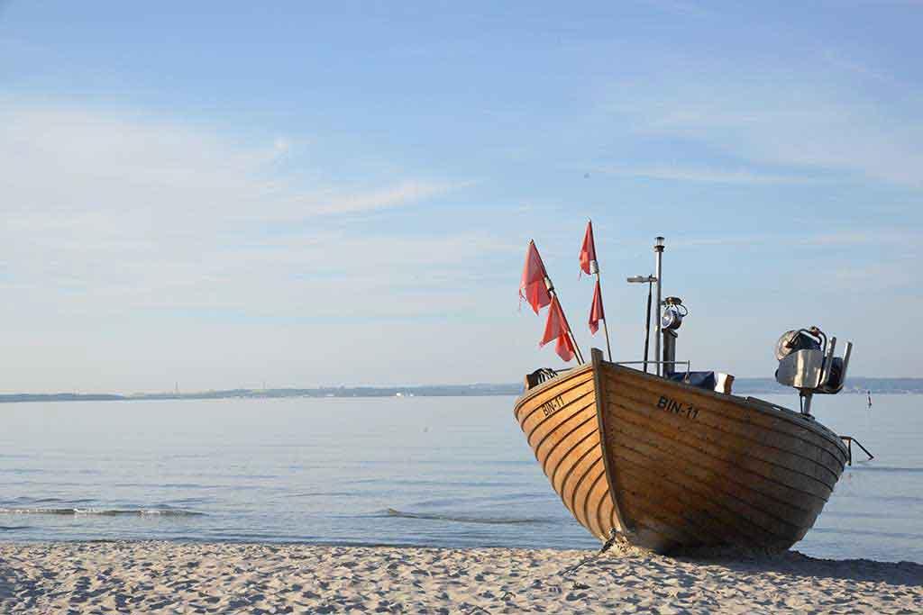 Fischerboot am Strand von Binz