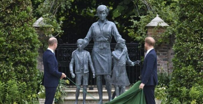 Los príncipes William y Harry revelan la estatua de la princesa Diana
