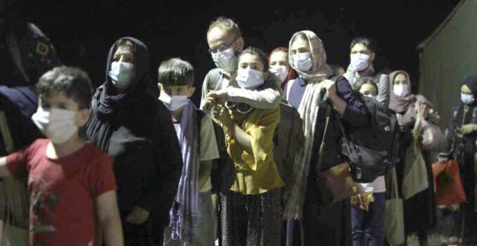 Retoman la evacuación en Kabul; hay más de 100 muertos por los ataques suicidas