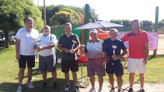 los-campeones-de-doble-silvera-y-re-junto-a-longarini-y-lovisolo-y-miembros-de-la-sub-comision-de-tenis-de-san-martin