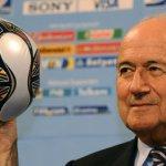 Tarjeta roja para Blatter, el show sigue