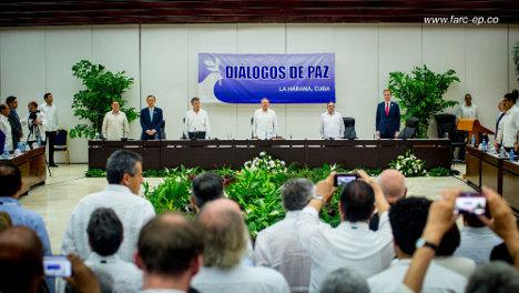 El acto fue sobrio y corto a pesar de la solemnidad y el carácter histórico del acuerdo suscrito.