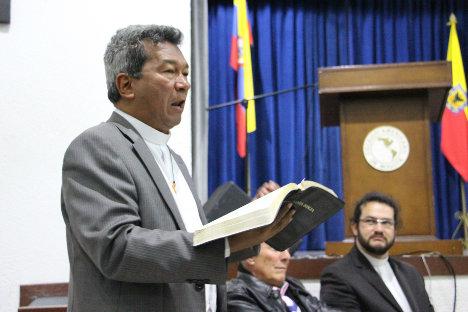 El reverendo Luis Fernando Sanmiguel, lee apartes de su biblia. Foto Carolina Tejada.