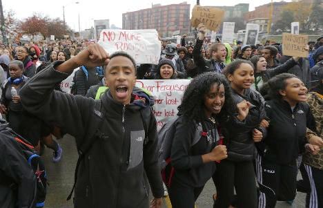 Aspecto de las protestas de la comunidad negra de Estados Unidos por la matanza selectiva de sus miembros.