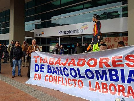 Protesta de trabajadores frente a una sede del banco. Foto UNEB.