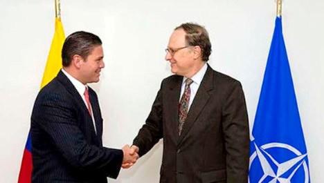 La firma del acuerdo fue preparada por el ministro de Defensa colombiano, Juan Carlos Pinzón, y el comandante supremo aliado, el general estadounidense Philip Breedlove. Foto: Telesur.