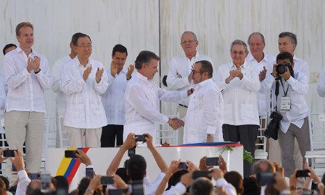 Momento de la firma del Acuerdo Final, el pasado 26 de septiembre en Cartagena, entre Juan Manuel Santos y Timoleón Jiménez. Foto Juan Pablo Bello - SIG / Presidencia de la República.