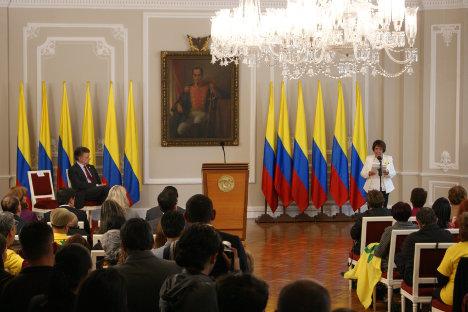 Aída Avella, presidenta de la UP, interviene ante el presidente Juan Manuel Santos en la Casa de Nariño. Foto JCH.
