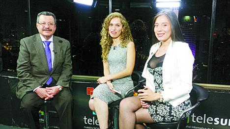 Carlos Lozano con las esposas de dos militares detenidos por delitos cometidos contra civiles en el conflicto colombiano.