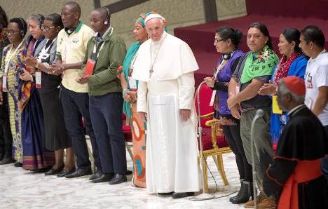 El papa Francisco, con delegados al III Encuentro Mundial de Movimientos Populares.