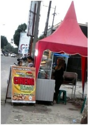 Di tepi jalan, sebuah gerai cireng (aci digoreng)- Jajanan Khas Bandung. Satu cireng dijual seharga Rp. 3000 dengan pilihan aneka rasa.