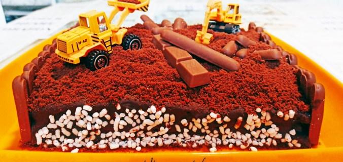 """Torta al cioccolato """"lavori in corso"""", idea per bambini 3"""