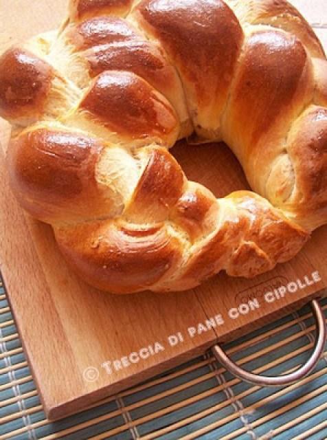 Treccia di pane ripieno con cipolle
