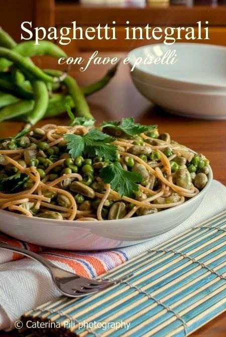 Spaghetti integrali con fave e piselli