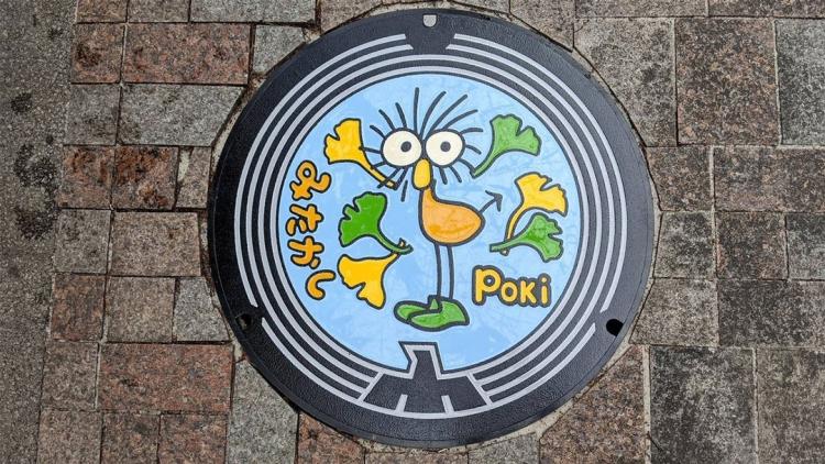 Un personaggio disegnato da Miyazaki sui tombini