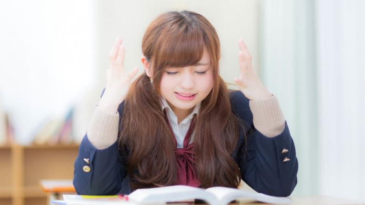 Ragazza giapponese dai capelli castani fa causa alla scuola