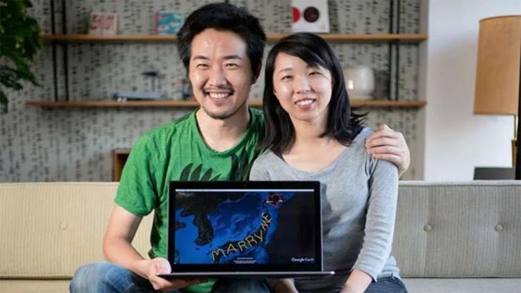Uomo giapponese viaggia per 7000 km per creare la scritta 'sposami'