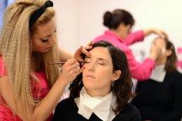 Primer plano de Pat maquillándose en Marisol Jiménez