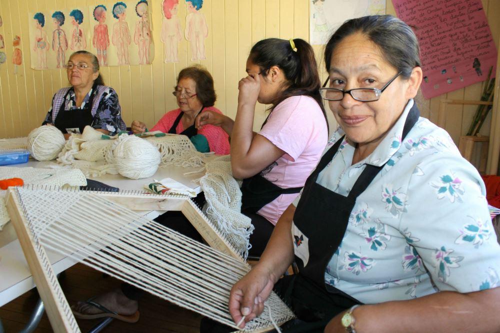 Desde Tralcao a La Unión, diversas agrupaciones y juntas de vecinos aprendieron oficios que les permiten actualmente ofrecer sus productos a los turistas que recorren las localidades