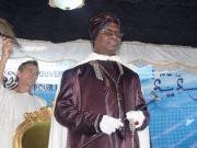 Serigne Modou Kara offre un cadeau très spécial à Macky Sall. Serigne Modou Kara offre à Macky Sall le Xassaïde « Mafatihoul Bichri » comme