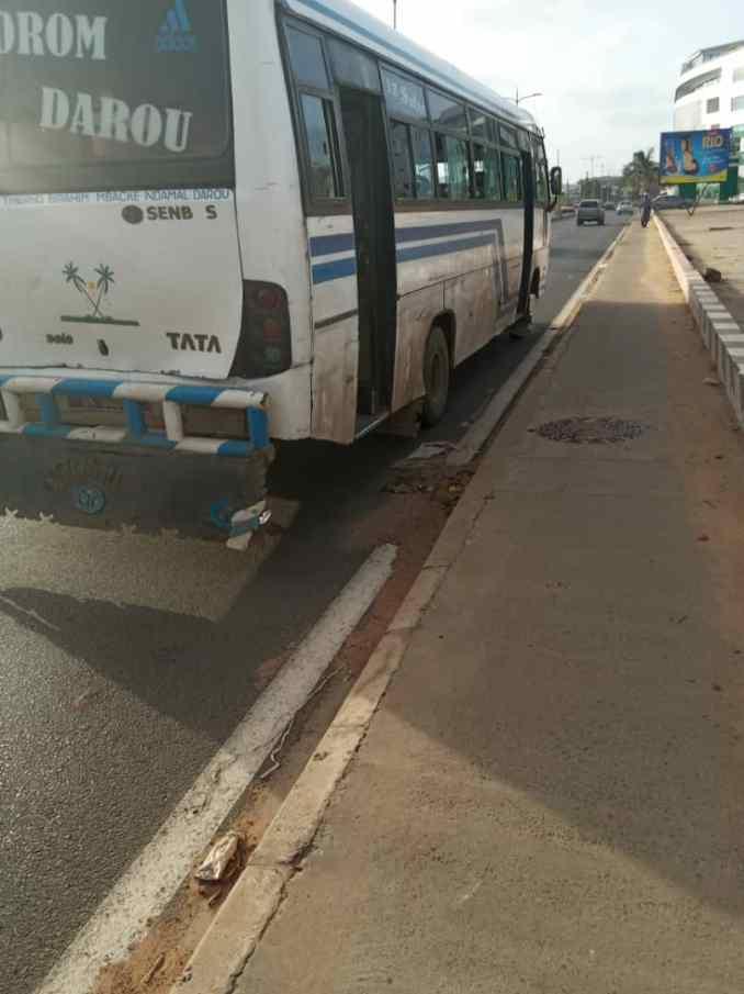 Accident aux Mamelles : Un scootériste s'engouffre sous un minibus Tata