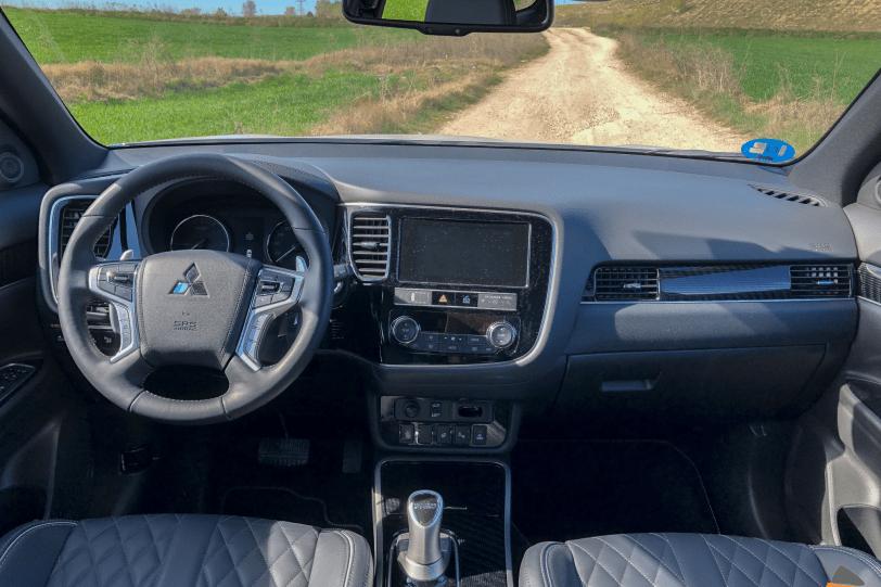 Salpicadero de frente Mitsubishi Outlander PHEV 1260x840 - Mitsubishi Outlander PHEV 2019: ¿El mejor SUV híbrido enchufable? con etiqueta CERO ¿Una buena alternativa?