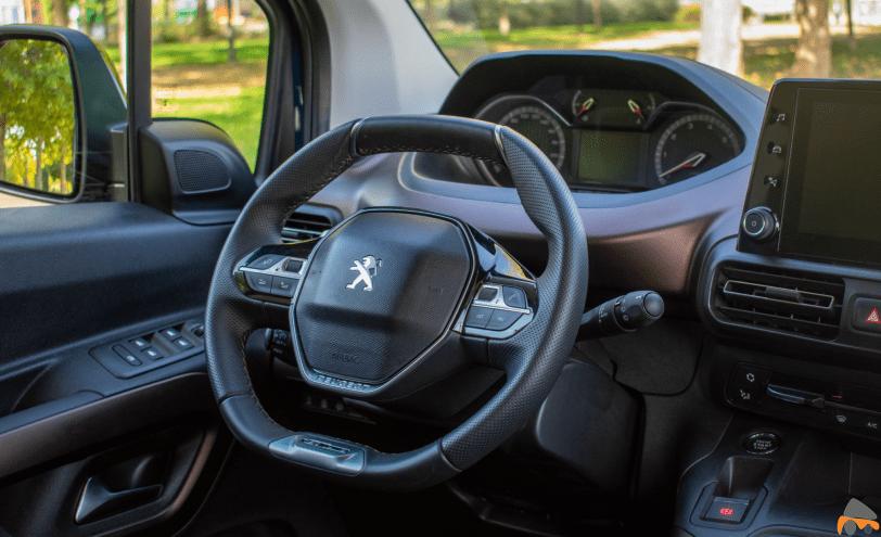 Puesto de conduccion Peugeot Rifter - Peugeot Rifter Standard GT Line: Un vehículo adaptado para el transporte de personas