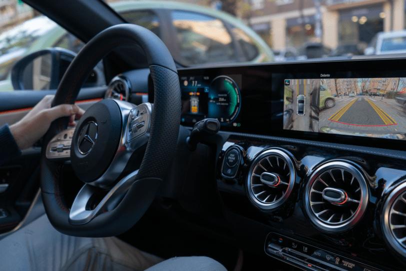 "Camaras pantalla Mercedes Benz Clase A Sedan 1260x840 - Mercedes Clase A 200 Sedán: Una berlina de ""acceso"" ""deportiva"" totalmente premium"