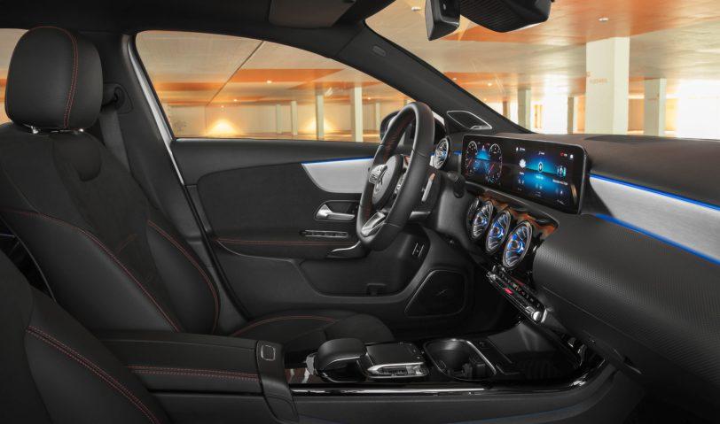 "Plazas delanteras vista derecha Mercedes Benz Clase A Sedan scaled - Mercedes Clase A 200 Sedán: Una berlina de ""acceso"" ""deportiva"" totalmente premium"