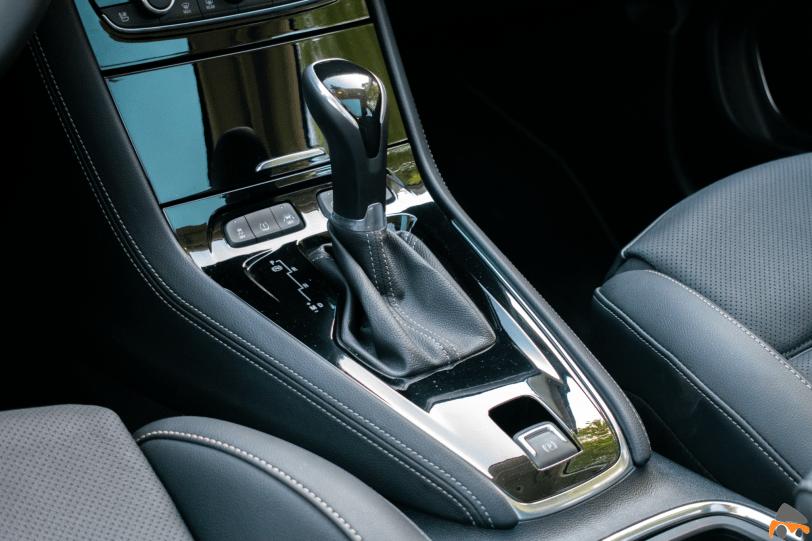 Consola delantera Opel Grandland X gasolina 180CV 1260x840 - Opel Grandland X 1.6 Turbo 180 CV: La versión de gasolina más potente del SUV alemán