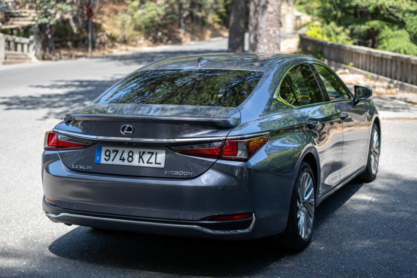 Trasera lateral derecho Lexus ES 300h 1260x840 - Prueba Lexus ES 300h Luxury: Una berlina exclusiva y ecológica