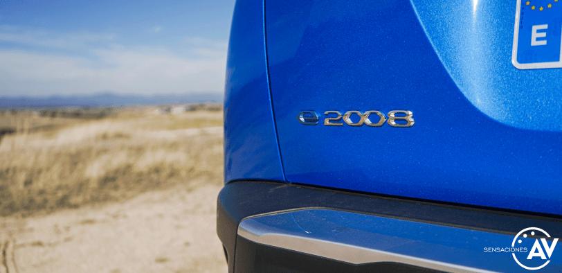Logo e 2008 maletero Peugeot e 2008 GT - Prueba Peugeot e-2008 GT 2020: ¿Un Peugeot 208 con esteroides?